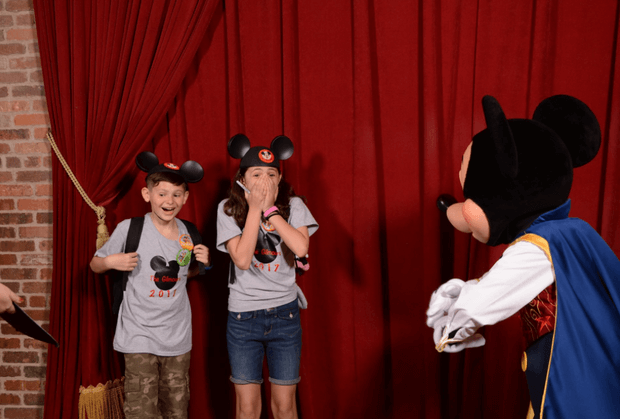 Photo of When Foster Kids Met With Mickey Mouse, He Gave Them a Huge Surprise That Made Them Cry